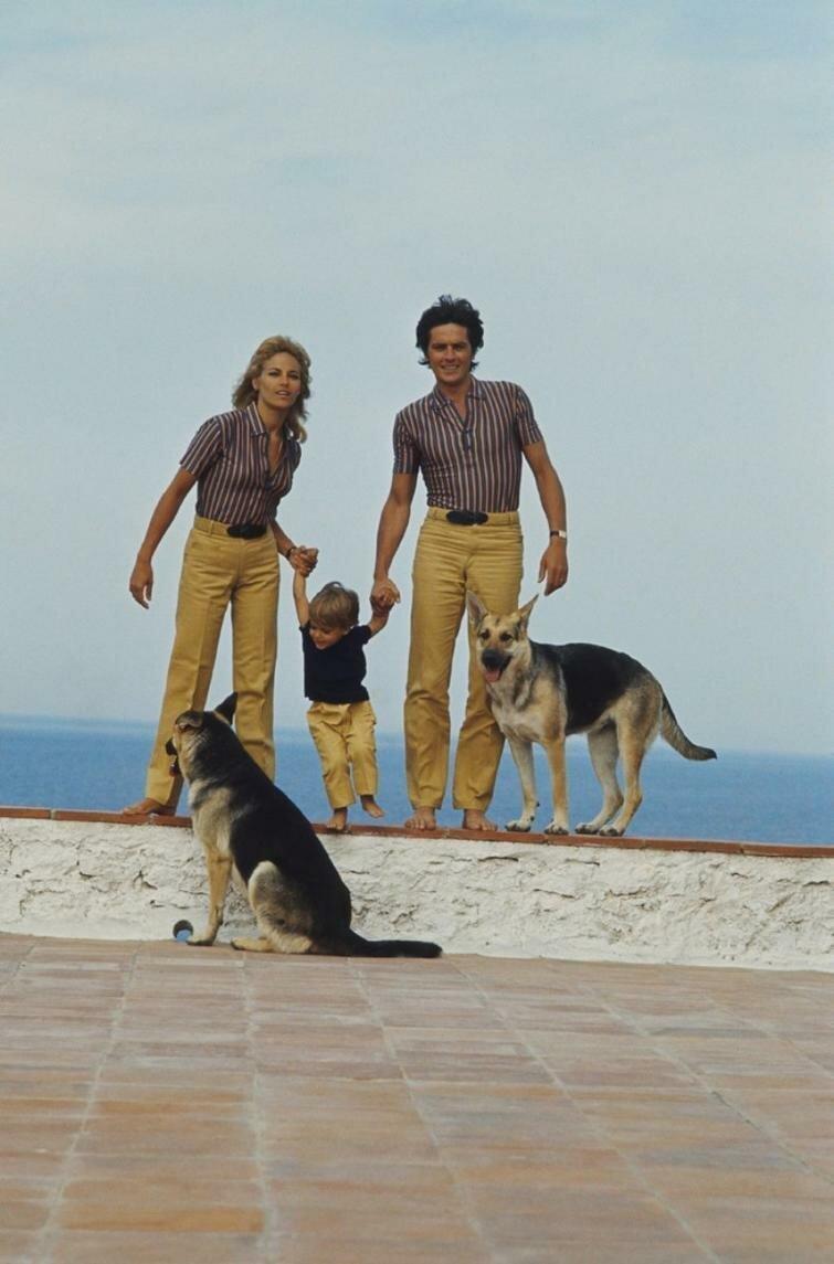 Ален Делон, его жена Натали и сын Энтони, Сен–Тропе, 1966 год история, ретро, фото