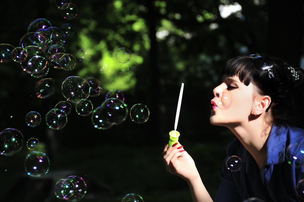 В мире взрослых людей мыльным пузырем принято называть нечто пустое, не имеющее реальной ценности.