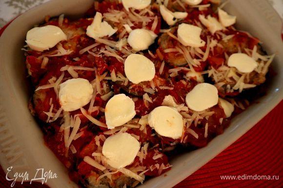 Слои повторяются. Закончить надо слоем пармезана и моцареллы, который помещается на слой соуса.