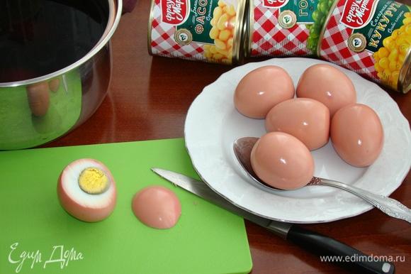 Теперь приступим к нашим свинкам. Каждое яйцо обсушить и срезать «брюшко». Желток удалить.