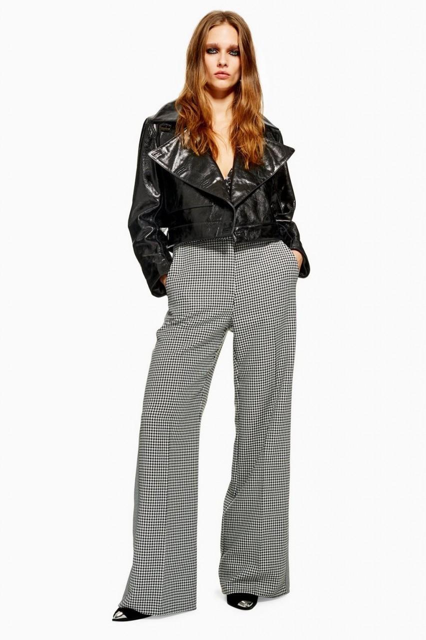 Модель в длинных клетчатых брюках
