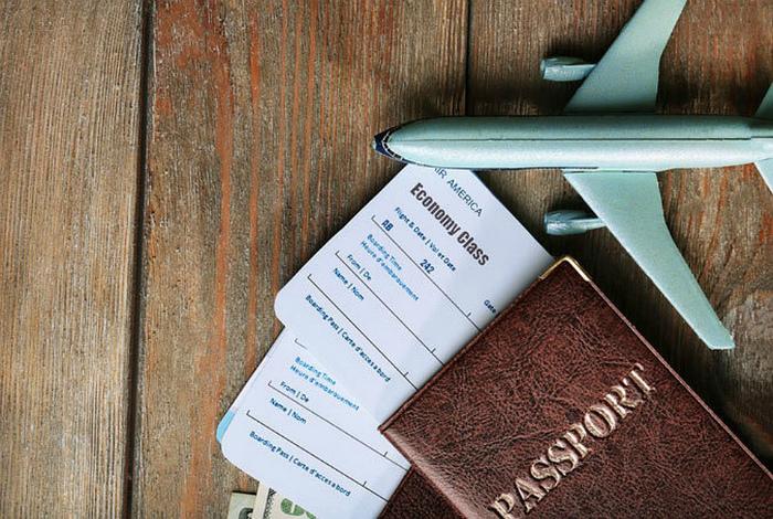 Снимки билетов на самолет или поезд.