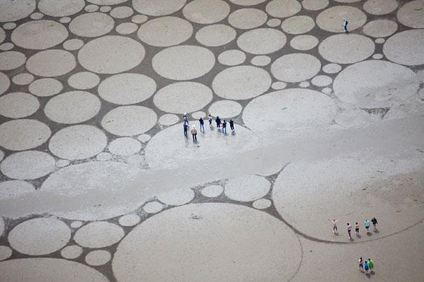 Художник создает захватывающие дух рисунки из песка на пляже