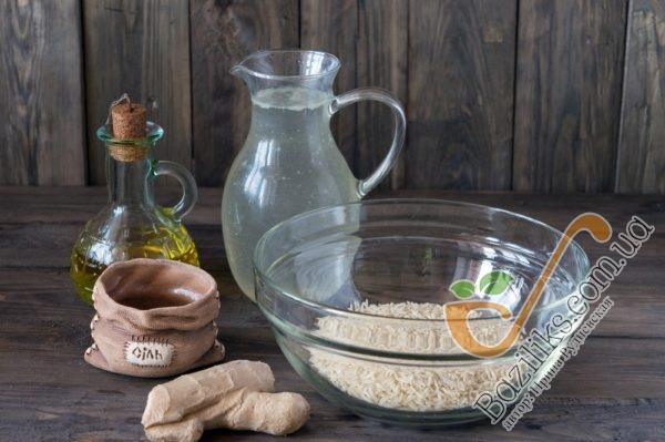 """Первым делом правильно приготовим рис сорта Басмати, который давно уже признан """"Королем риса"""" за свой особый вкус и уникальный природный аромат. Для этого промоем рис холодной водой в несколько приемов, пока вода не станет прозрачной.Сливаем воду и рис слегка просушим на бумажном полотенце."""