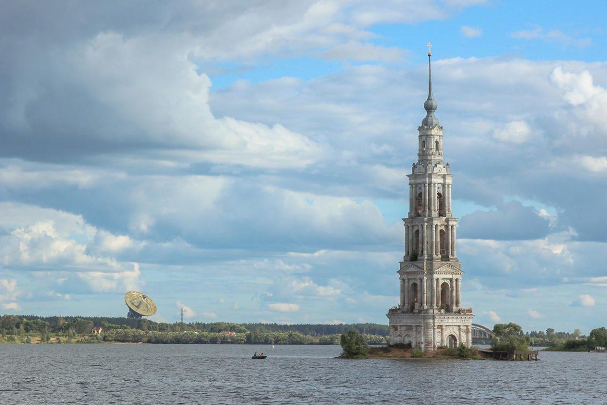 Затопленная колокольня Вознесенской церкви в Калязине
