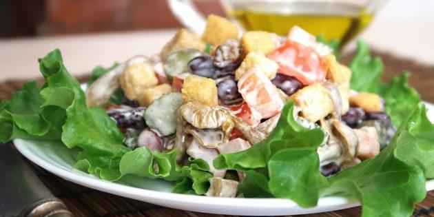 Салат с сухариками, фасолью, помидорами, маринованными огурцами и грибами