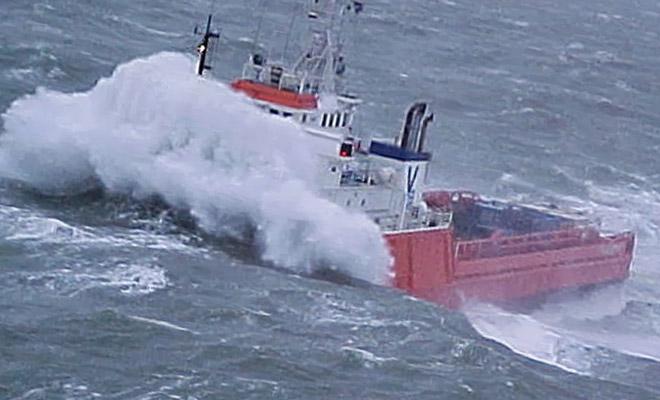 Корабль переваливает через цунами в открытом море: видео