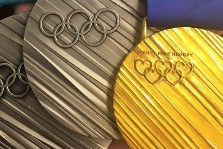 Фанаты подарили Медведевой копию золотой олимпийской медали
