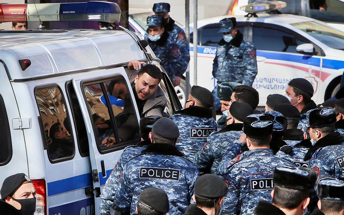 В Армении задержали 57 протестующих Армении, полиции, newsam, правительства, против, здания, Сотрудники, глава, которое, Азербайджаном, соглашение, подписал3, Пашинян, Никол, вырвался, ноября, акции10, конец, Сагателяна, Ишхана