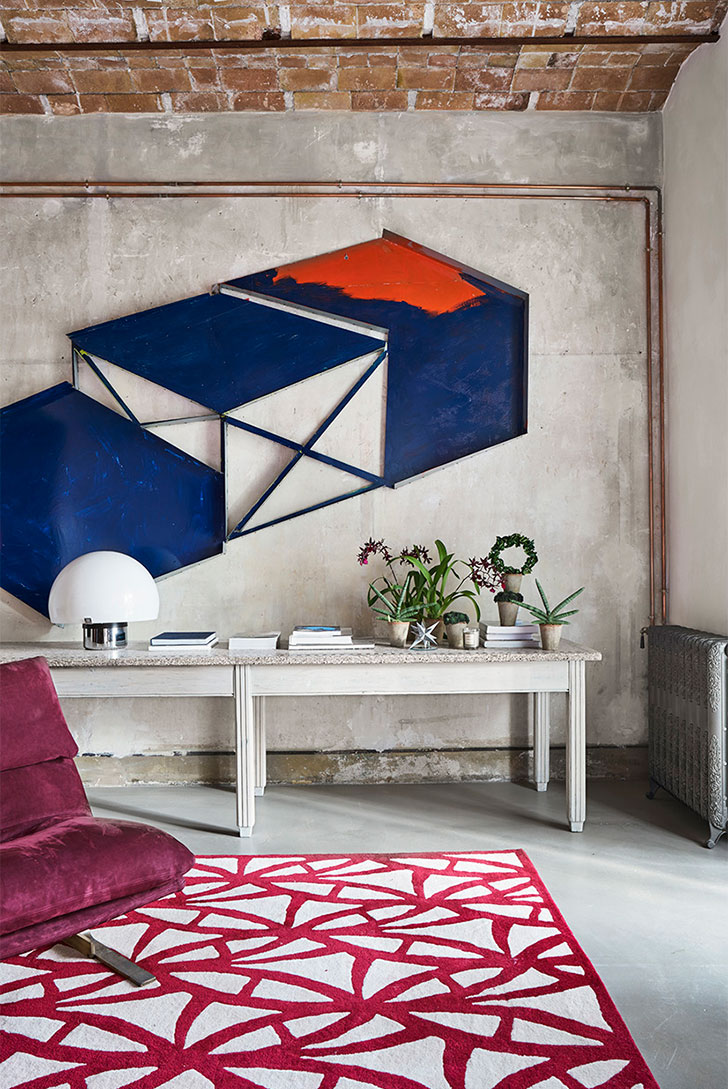 Розовый диван и элементы стиля лофт: эклектичная квартира в Барселоне