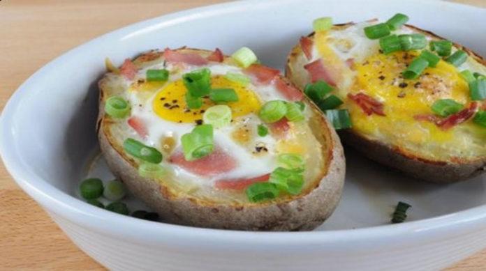 Запеченный картофель с яйцом