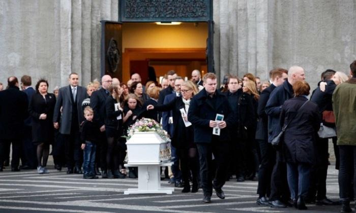 Исландия - страна, в которой убийство стало настолько выходящей из ряда вон вещью, что по убитой могла скорбеть вся страна. Фотография с похорон Бирны Бряунсдоттир.