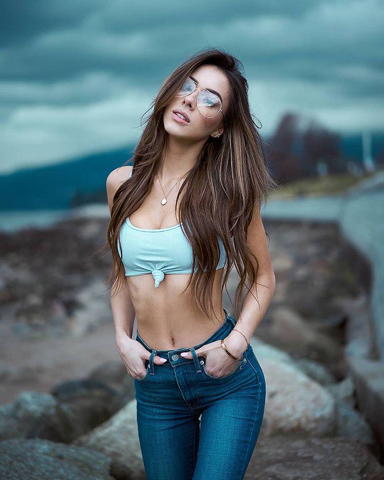 Маше 18. У неё свидание. Напялила самые облегающие штаны…
