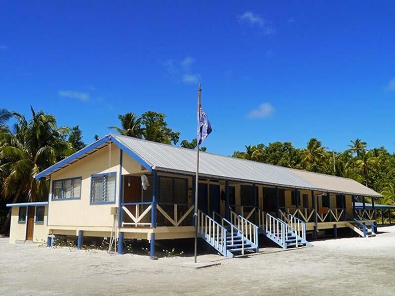 На острове есть школа, церковь и даже бар жизнь, интересно, люди, остров, факты