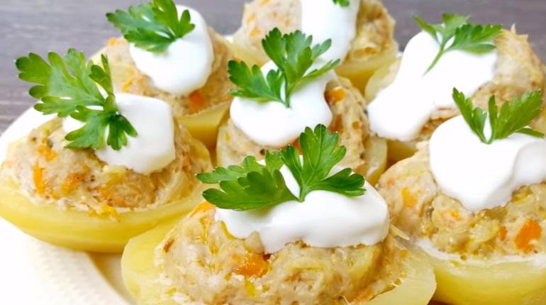 Картофельные лодочки с мясной начинкой: потрясающее горячее блюдо из простых продуктов