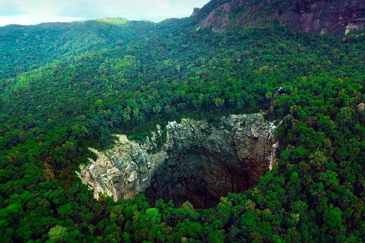 """""""Бездна в земле, куда поместится небоскреб"""": что увидели люди, когда попали в 400-метровую пещеру"""