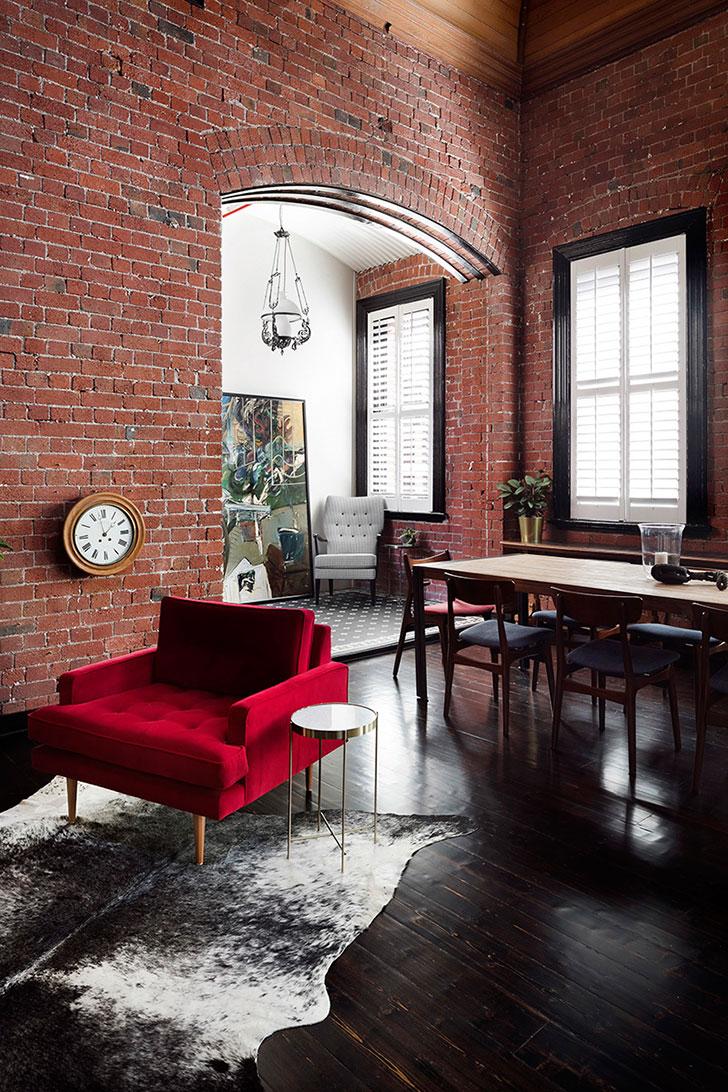 Двухуровневая квартира в Австралии с кирпичной стеной и яркой мебелью