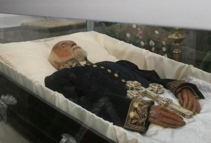Загадка мумии хирурга Пирогова, или Жизнь после смерти. В украинском селе Вишня под Винницей находится необычный мавзолей: в фамильном склепе, в церкви-усыпальнице Святого Николая Чудотворца.