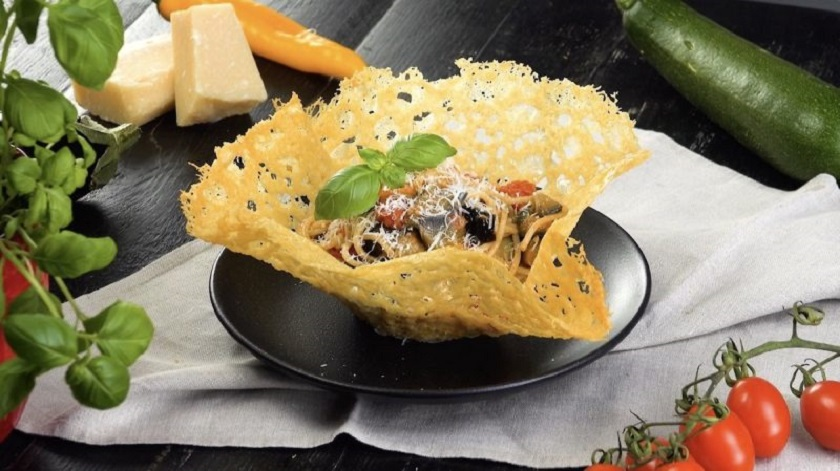 Макароны с овощами: и подача в съедобной сырной тарелке