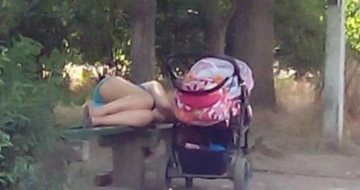 Вижу однажды стоит коляска, в ней грудной ребенок, а рядышком на лавочке лежит девушка