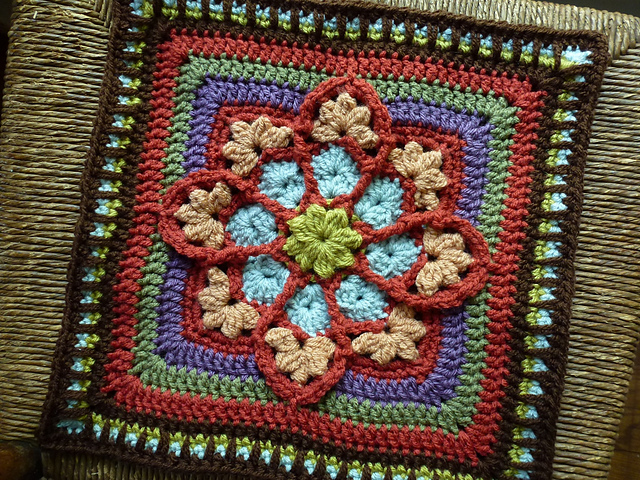 Изумительный витражный мотив на «афганских» квадратах