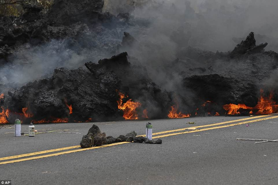 Вулкан на Гавайях продолжает извергаться, сжигая всё на своем пути