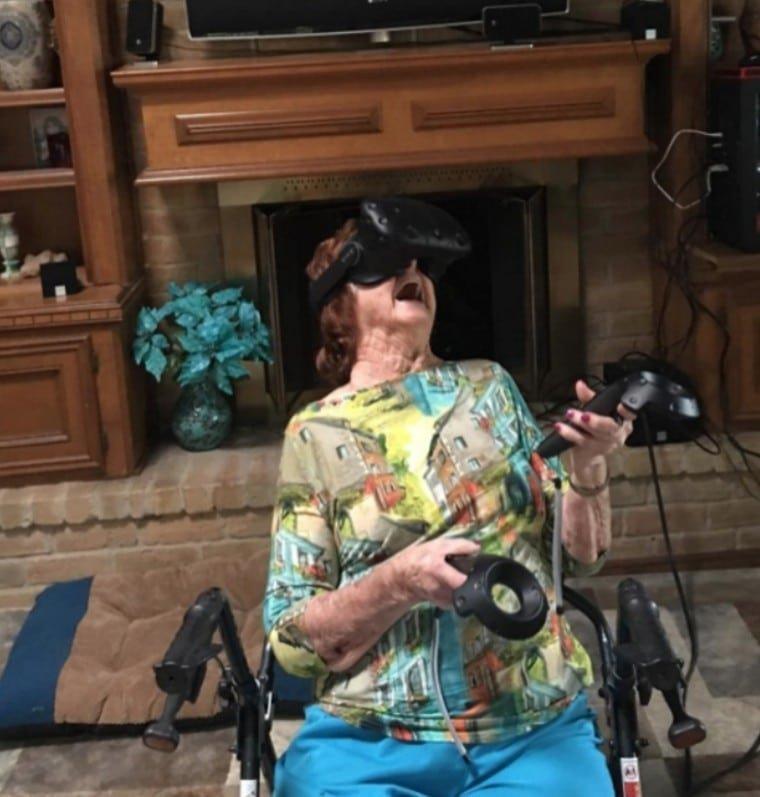 9. 93-летняя бабушка, сыгравшая в очках виртуальной реальности Радость, в мире, люди, прикол, юмор