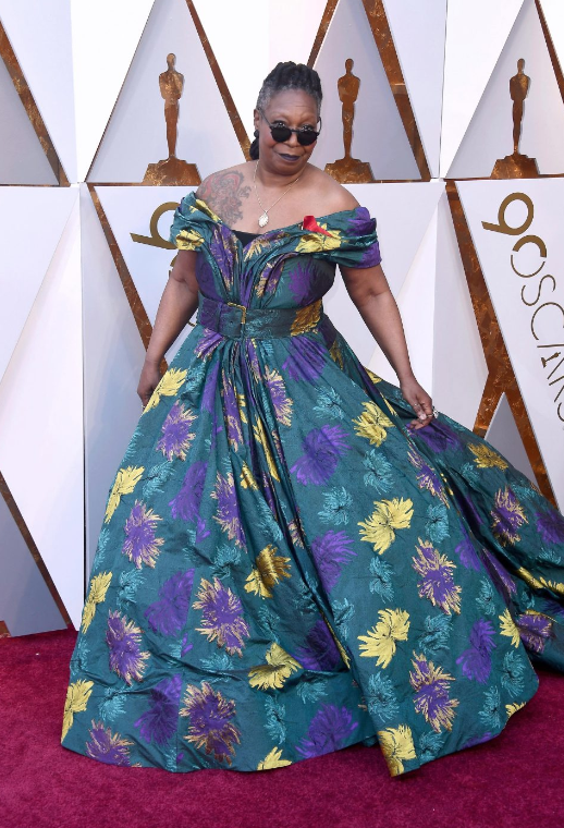 62-летняя Вупи Голдберг выбрала платье со слишком глубоким декольте, поэтому ей пришлось прикрыть интимные части тела чёрным боди под нарядом. Фото © Rex Features / thesun.co.uk