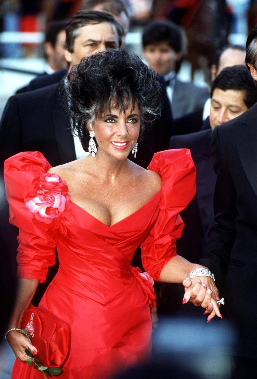 10 самых легендарных красных платьев в истории