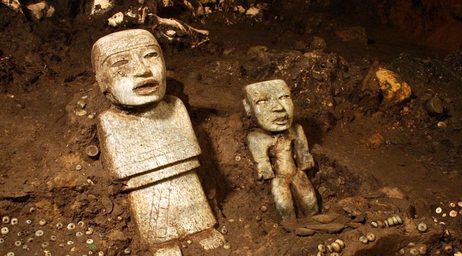 Маленький тайникДля археологов новое случайное открытие Сегуру стало настоящим подарком. Ученые считают, что запечатанное помещение внутри меньшей пирамиды даст нам возможность пролить свет на причины внезапного упадка цивилизаций майя, начавшейся примерно в этот период. Кроме того, в небольшой камере вполне может оказаться погребальное ложе одного из древних правителей великой культуры. Традиционно в склеп вождя майя клали перечень его достижений при жизни — Рене Сегуру считает, что обнаружил именно такую пирамиду.