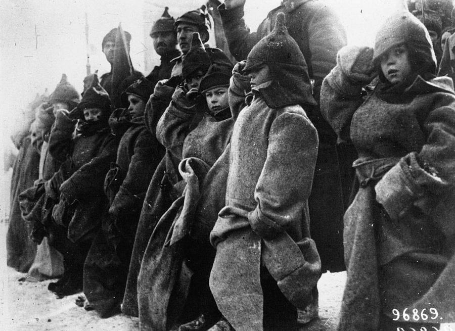 Дети на параде приветствуют Троцкого, 1922 г.