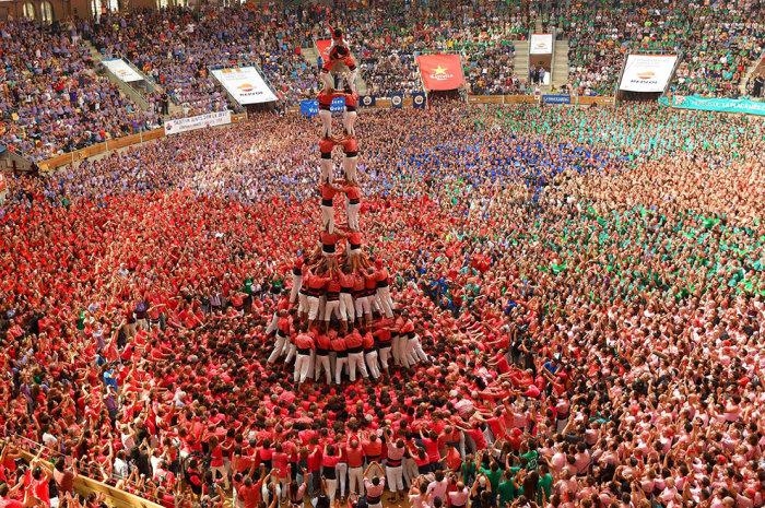 Соревнования по построению живых башен проходят при огромном стечении народа