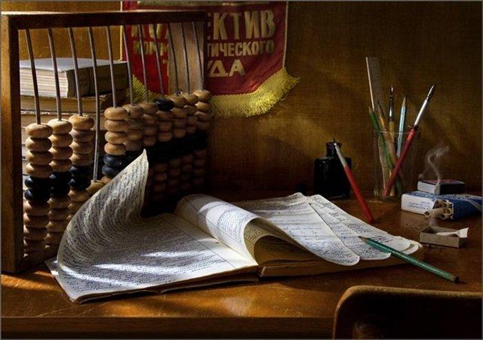 Обычный советский рабочий стол.