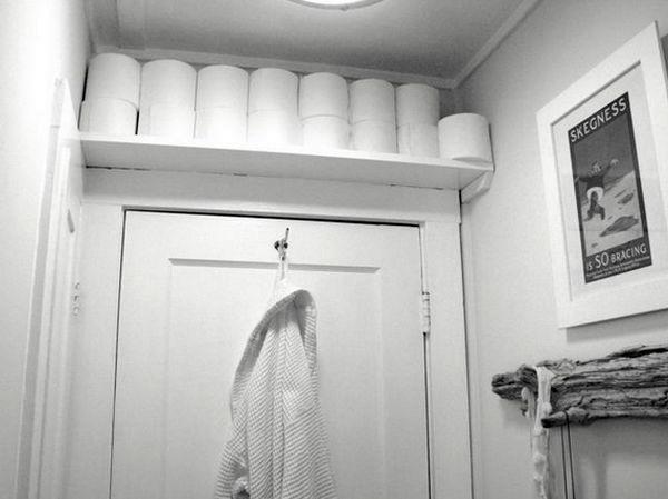 хранение вещей в ванной над дверью