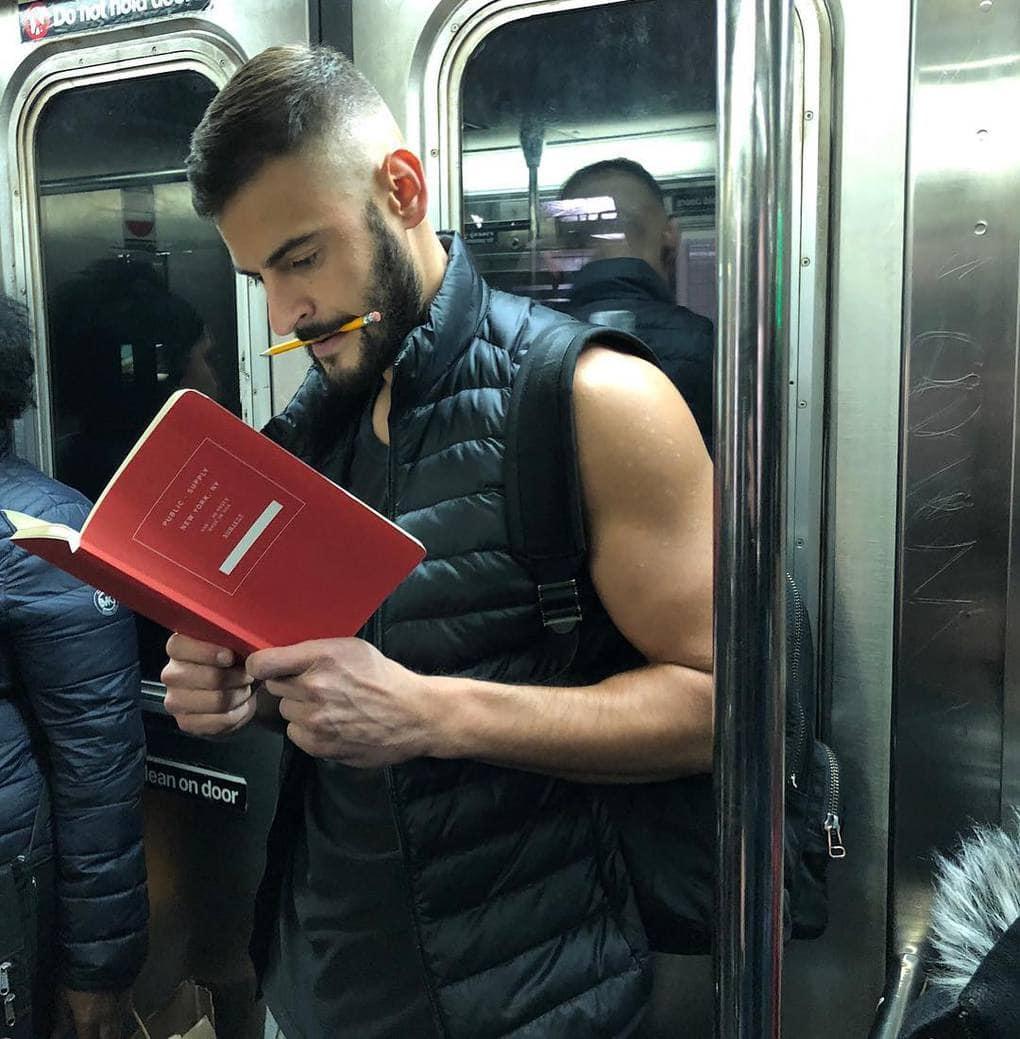 Жительница Нью-Йорка тайно фотографирует горячих парней, читающих книги в общественных местах