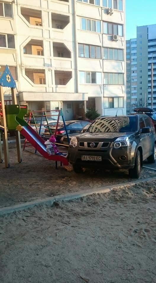 Понастраивают детских площадок, машину поставить негде..