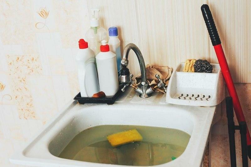 Совет знакомого сантехника, который поделился хитростью устранения засора при помощи стирального порошка