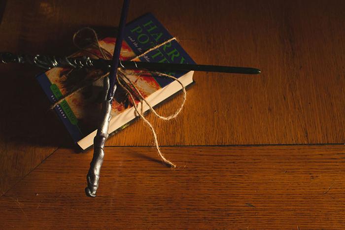 Книга о Гарри Поттере вместо подушечки для колец.