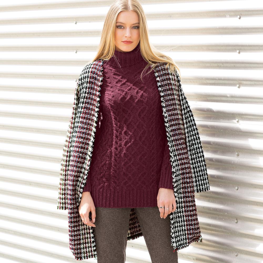 Узкий свитер с узором из «кос» спицами