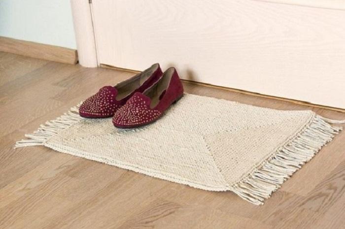 Увлекательный и простой МК — вяжем уютный коврик крючком на основе пластиковой канвы