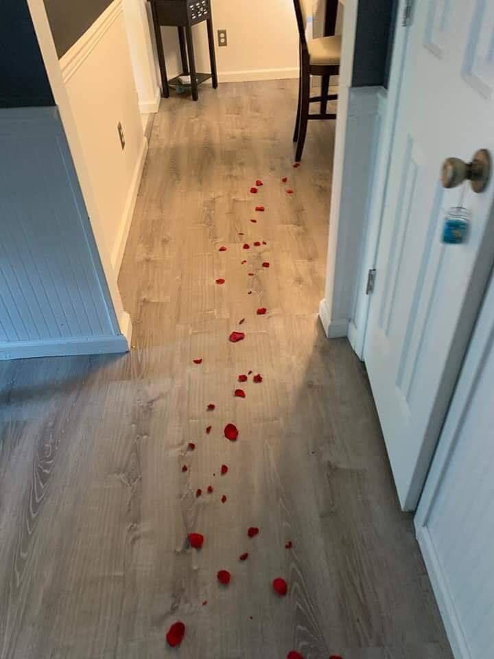 Мужчина вернулся домой в свой день рождения и увидел лепестки роз, которые вели к подарку жизненное,курьезы,приколы