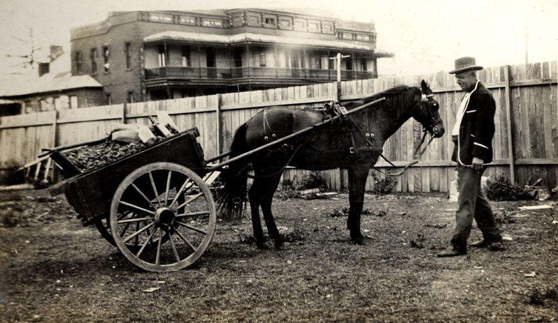 Лошадь и тележка, перевозящие уголь и другие предметы, 1930-е годы Весь Мир в объективе, ретро, старые фото