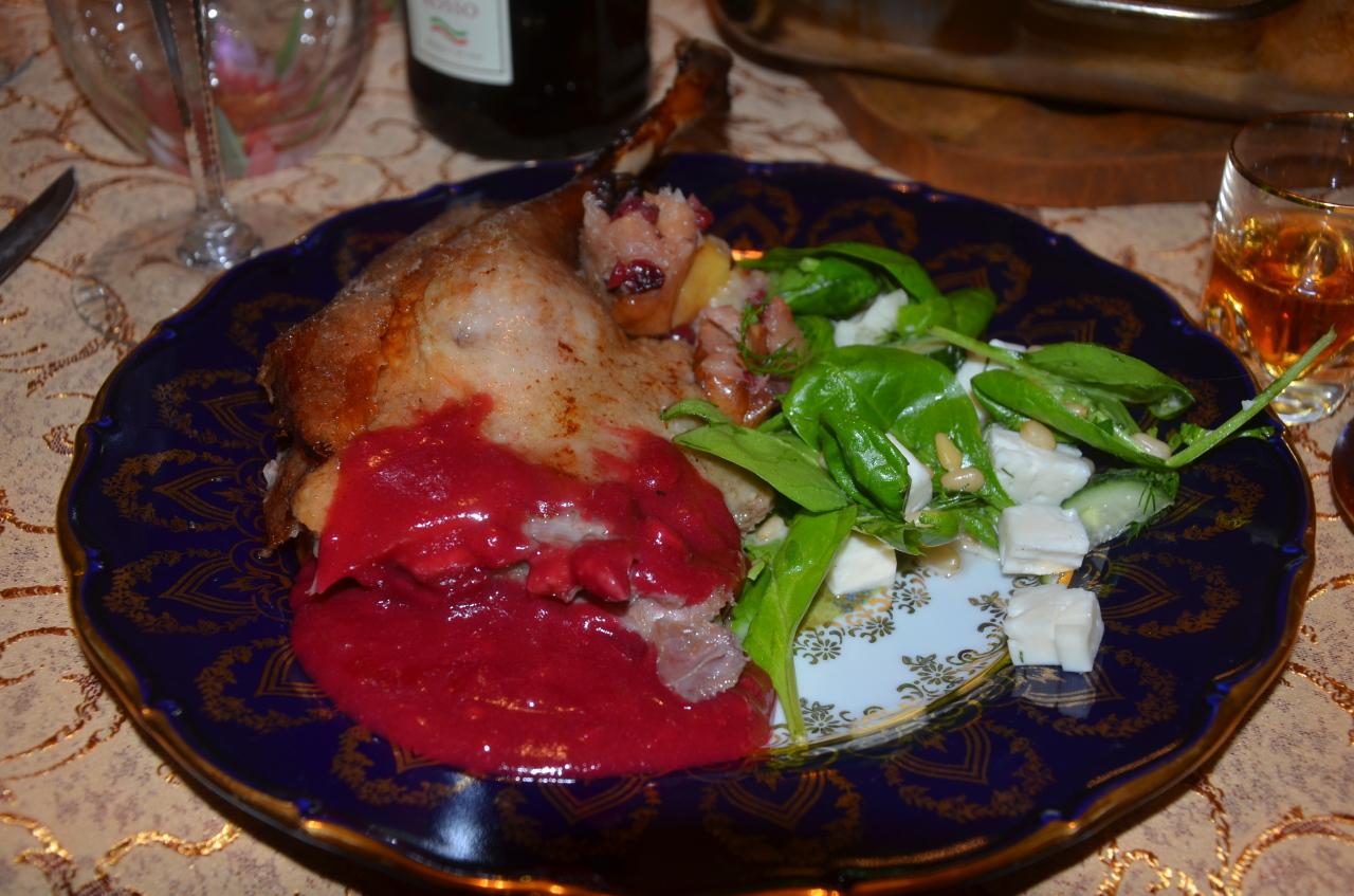 Рождественский гусь с яблоками и ягодным взваром