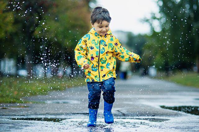 Чем полезны лужи. Как превратить мокрую погоду в развлечение для детей