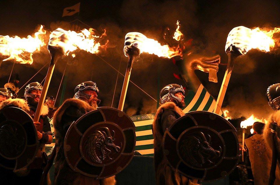 Вторжение викингов! Тысячи людей собрались на ежегодный фестиваль огня