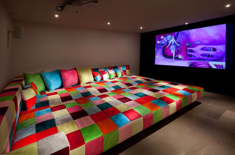 Домашний кинотеатр в цветах: черный, серый, бордовый, темно-коричневый, коричневый. Домашний кинотеатр в стилях: ближневосточные стили.