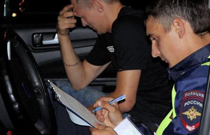 Обязан ли водитель садиться в машину ГИБДД: что делать в такой ситуации гибдд,Россия,советы