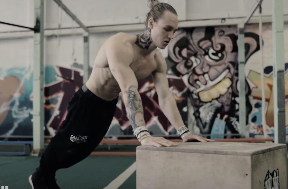 Отжимания можно сделать упражнением для любого уровня. Тренер показывает 20 уровней сложности по возрастанию Культура