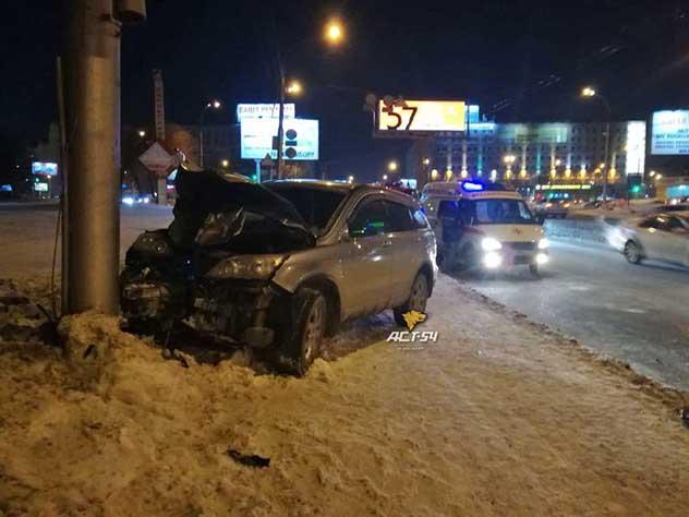 Автомобиль врезался в толпу во время праздничного салюта в Новосибирске