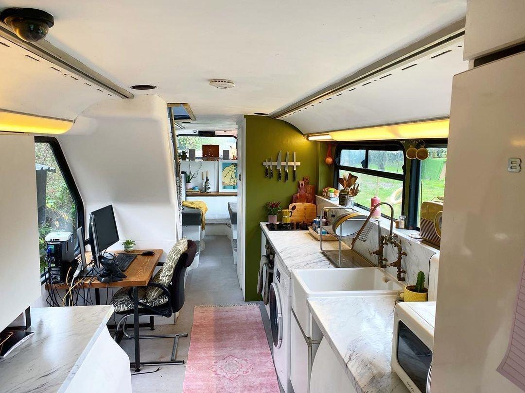 Молодая пара решила отказаться от ипотеки и теперь переоборудовала под квартиру старый двухэтажный автобус Культура